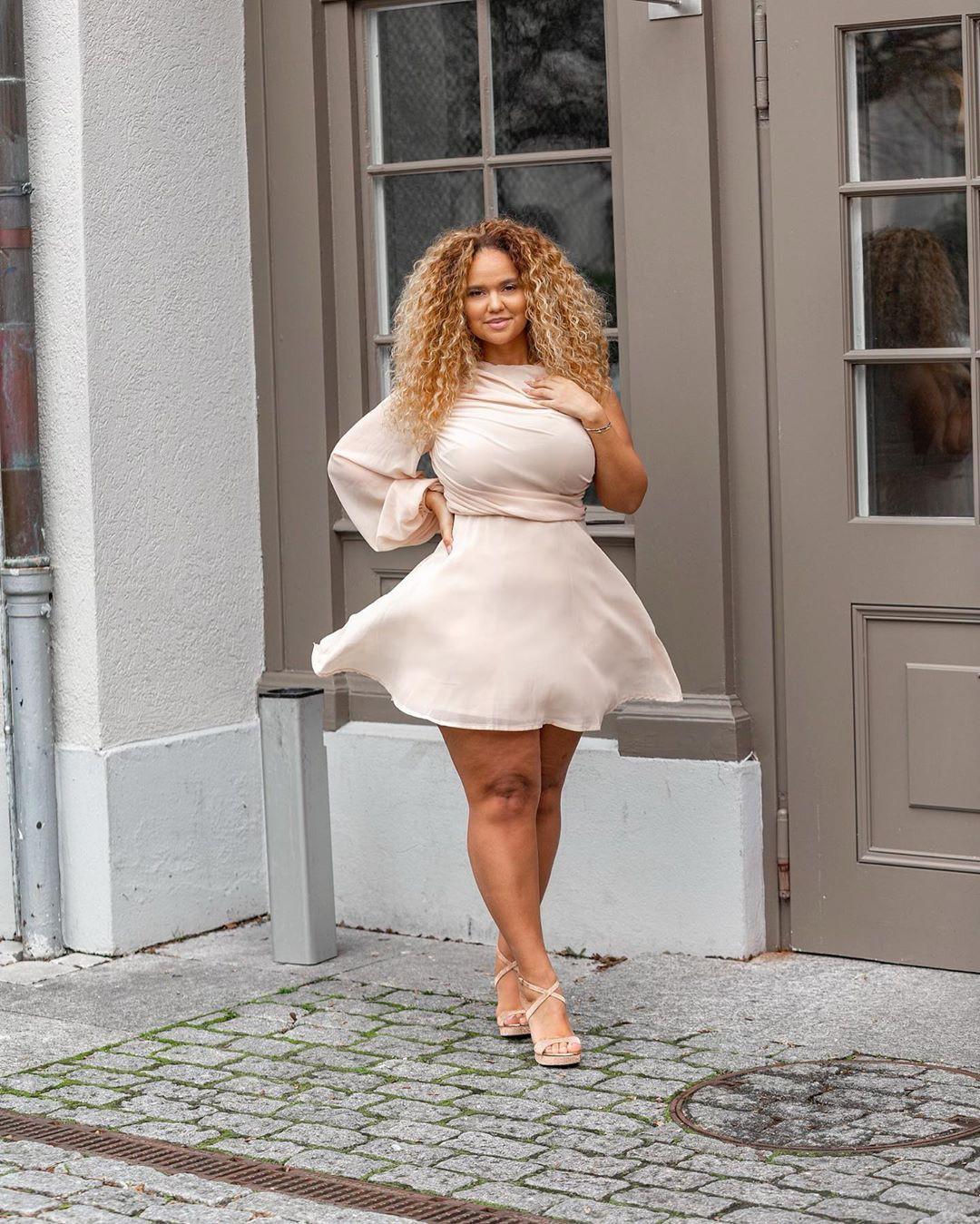 white colour ideas with wedding dress, photoshoot poses