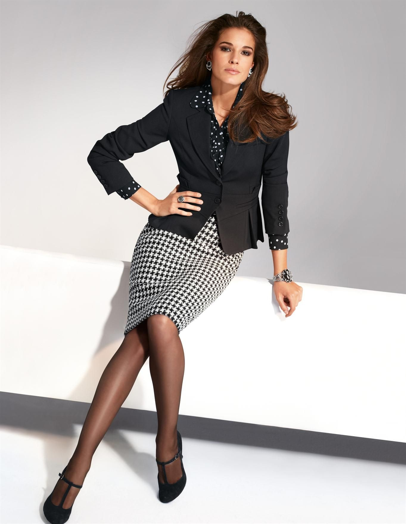 Colour outfit look ejecutivo mujer, fashion model, photo shoot, lapel pin, polka dot