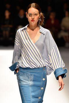 Denim stripe fashion show, street fashion, fashion model, fashion show, denim skirt