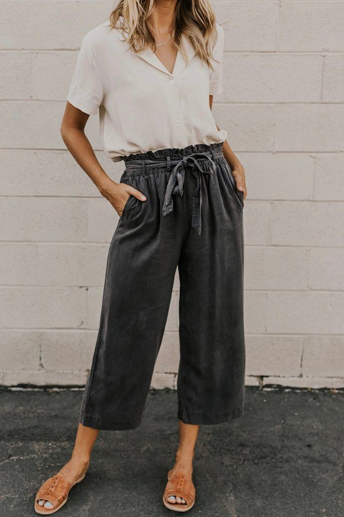 Black and white colour outfit ideas 2020 with ripped jeans, cargo pants, mom jeans