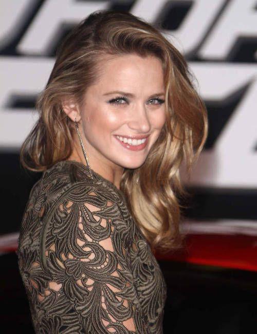 Shantel VanSanten blond hairstyle, Natural Lips, Long Hair Cut Women