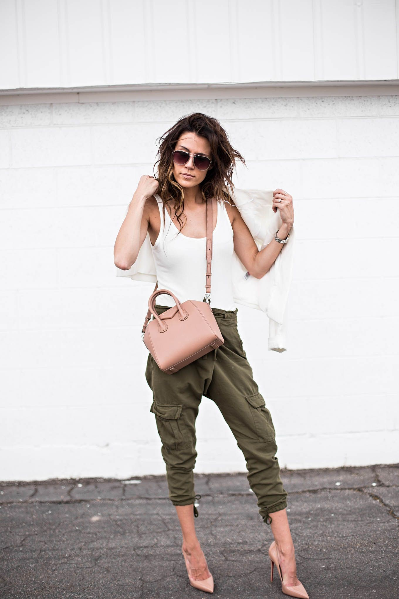 Look calça cargo verde militar feminina