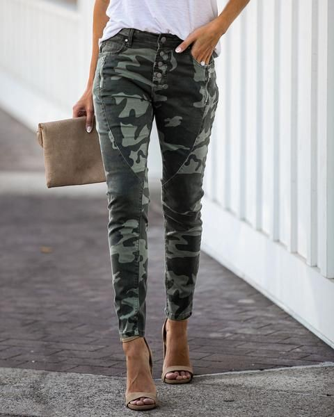 Khaki designer outfit with ripped jeans, cargo pants, sweatpant