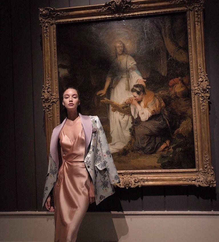 Dresses ideas девушка в музее красивое,