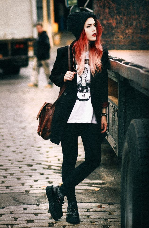 Black colour outfit, you must try with blazer, beanie, tights