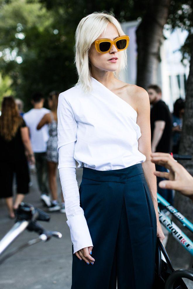 Outfit con blusa de una sola manga