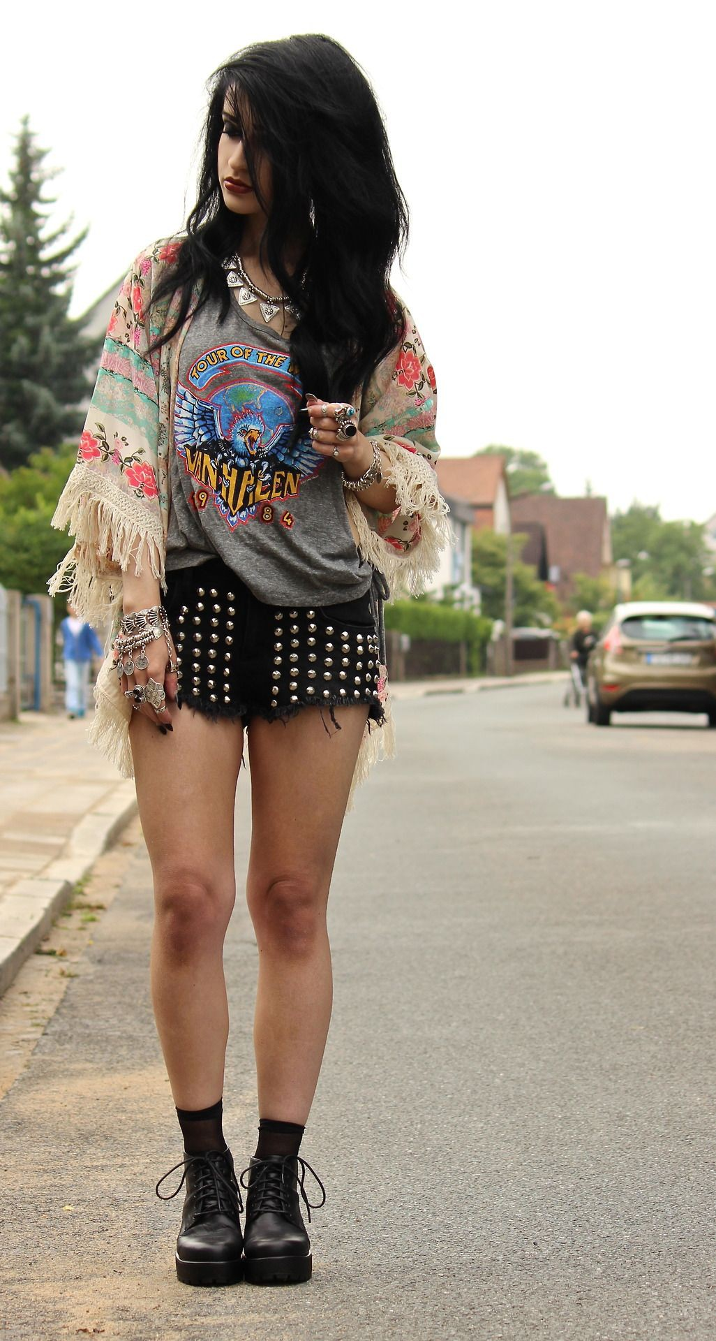 Outfit instagram with jean short, miniskirt, crop top