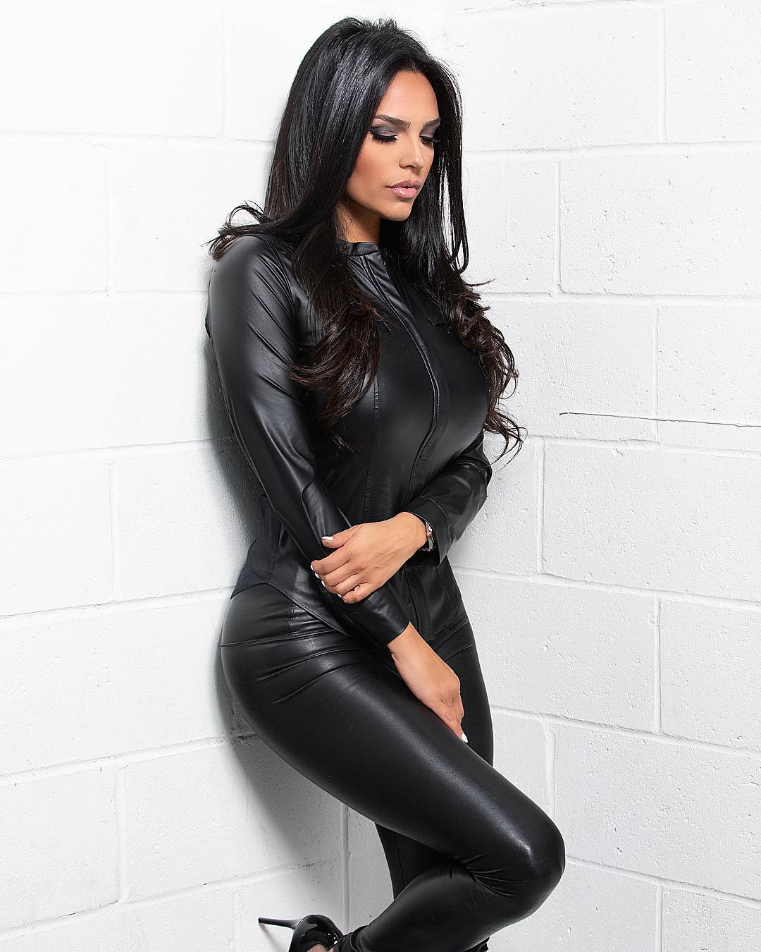 black colour outfit, you must try with leather leggings, leather, female thighs