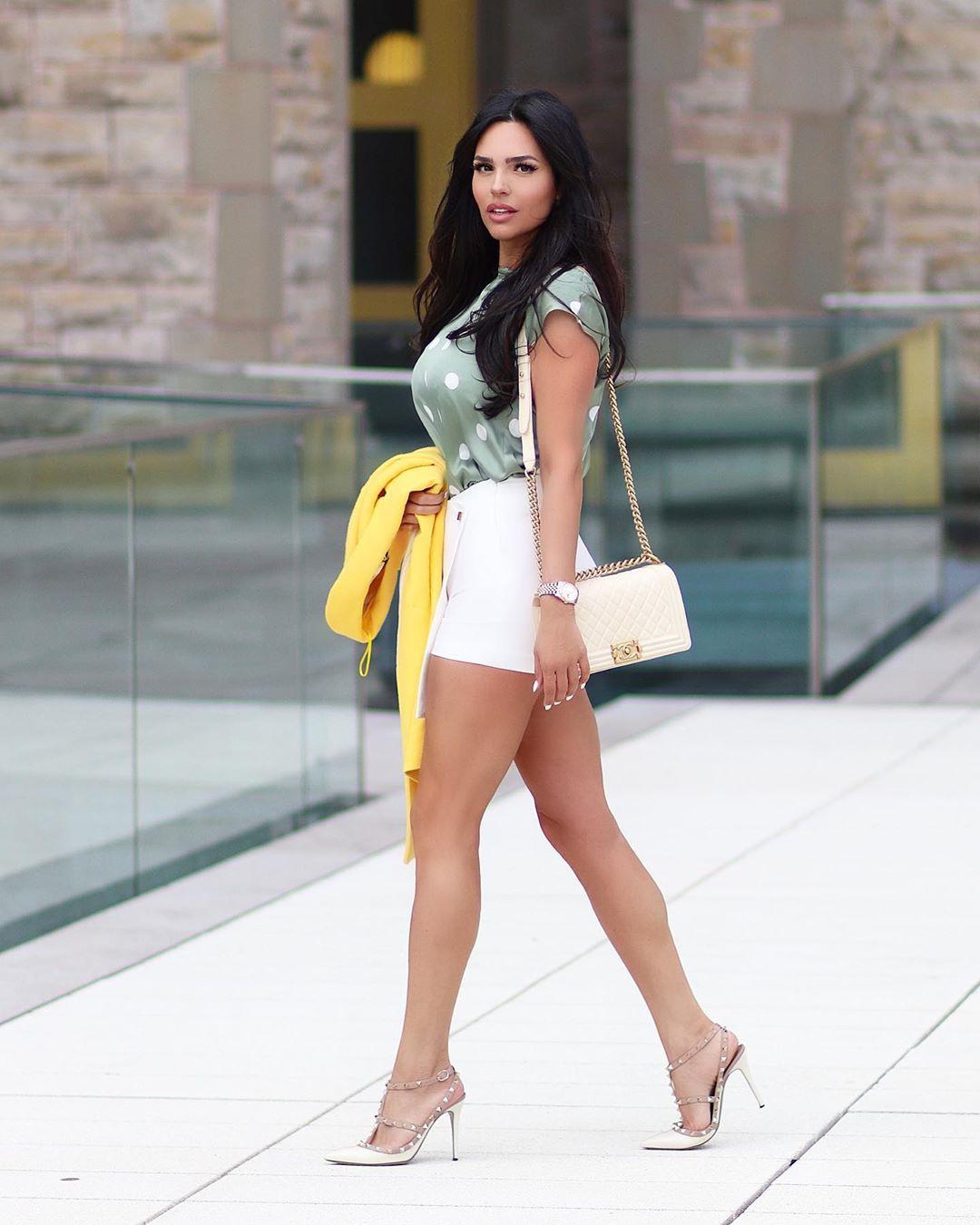 Shadi Y Cair hot legs, hot legs picture, costumes designs
