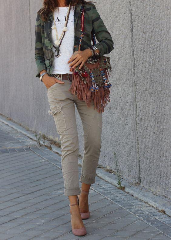 Moda con pantalon beige mujer