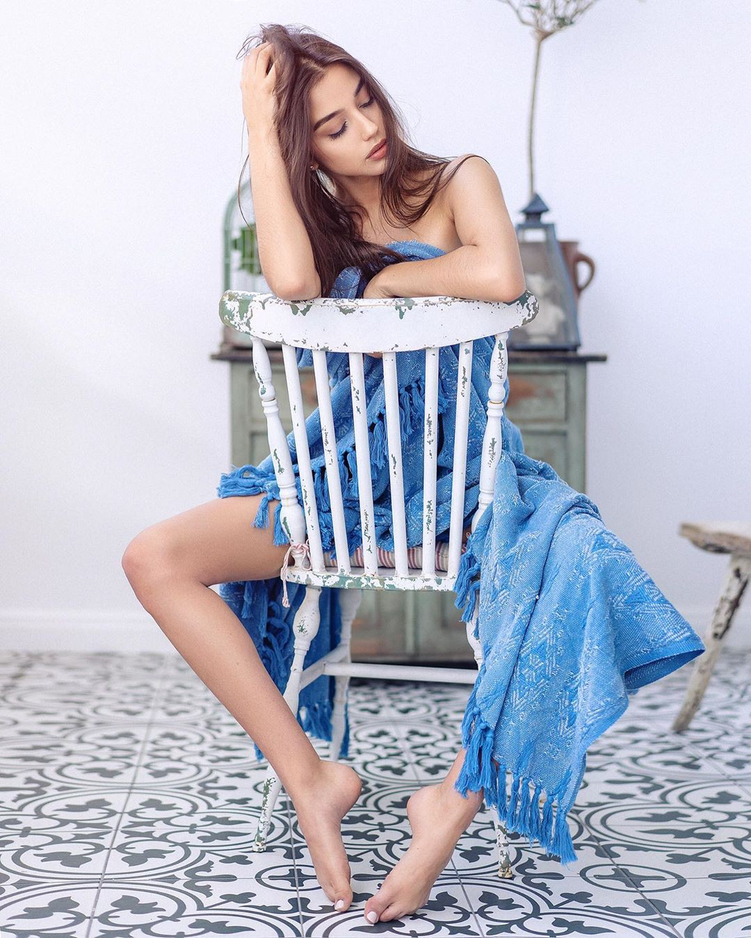 White and blue dress, sexy legs, fashion tips