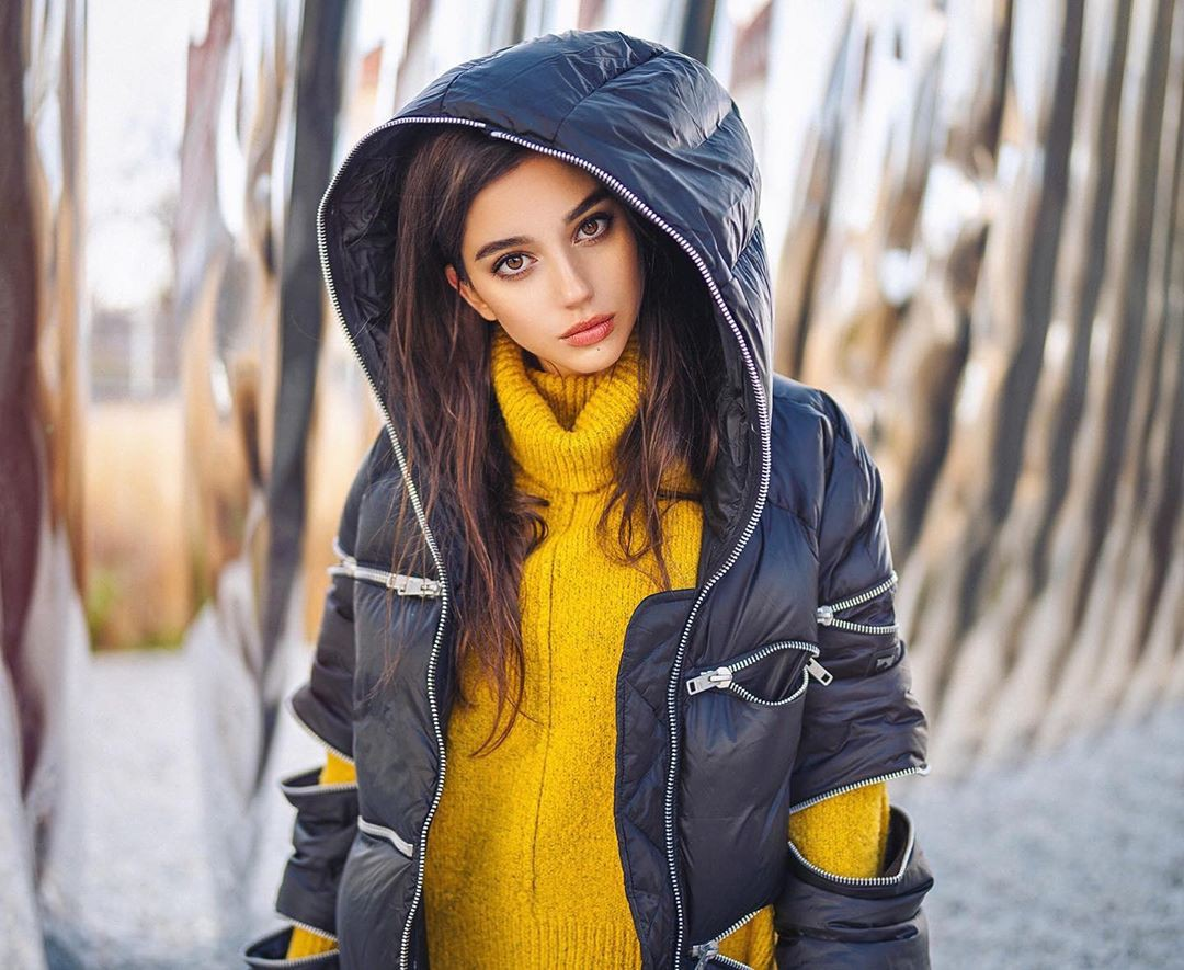 yellow colour outfit with beanie, jeans, Lip Makeup