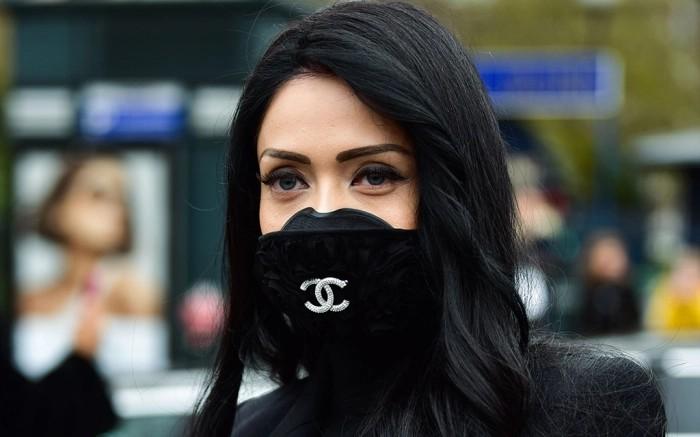 Outfit style chanel coronavirus mask paris fashion week, luxury goods
