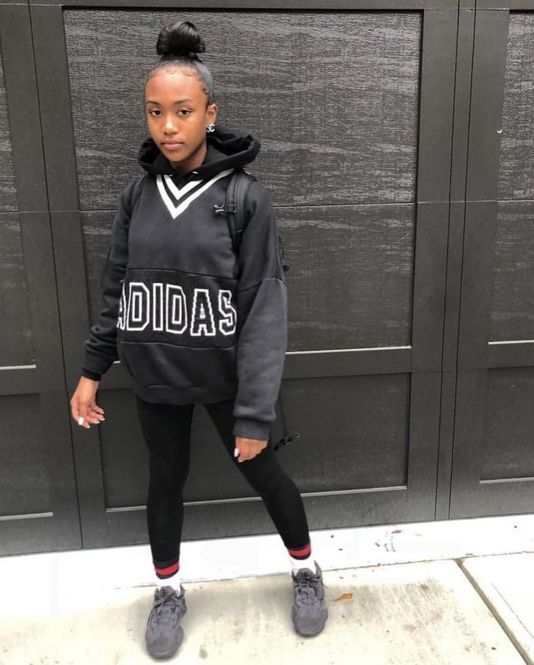 Colour outfit with fashion accessory, sportswear, sweatpant