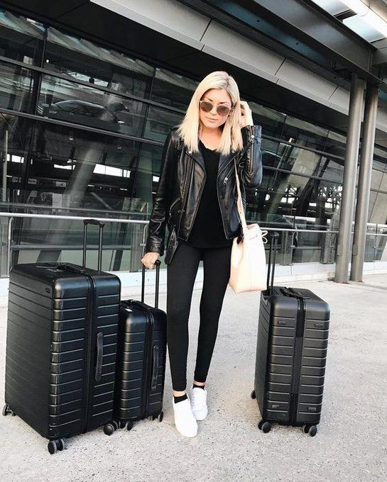 Blogger en el aeropuerto, street fashion, hand luggage