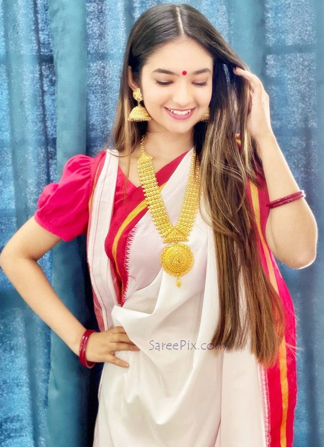 Anushka sen cute smile in bengali saree