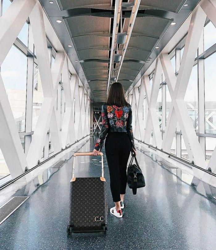 Chica en el aeropuerto luggage and bags, travel photography