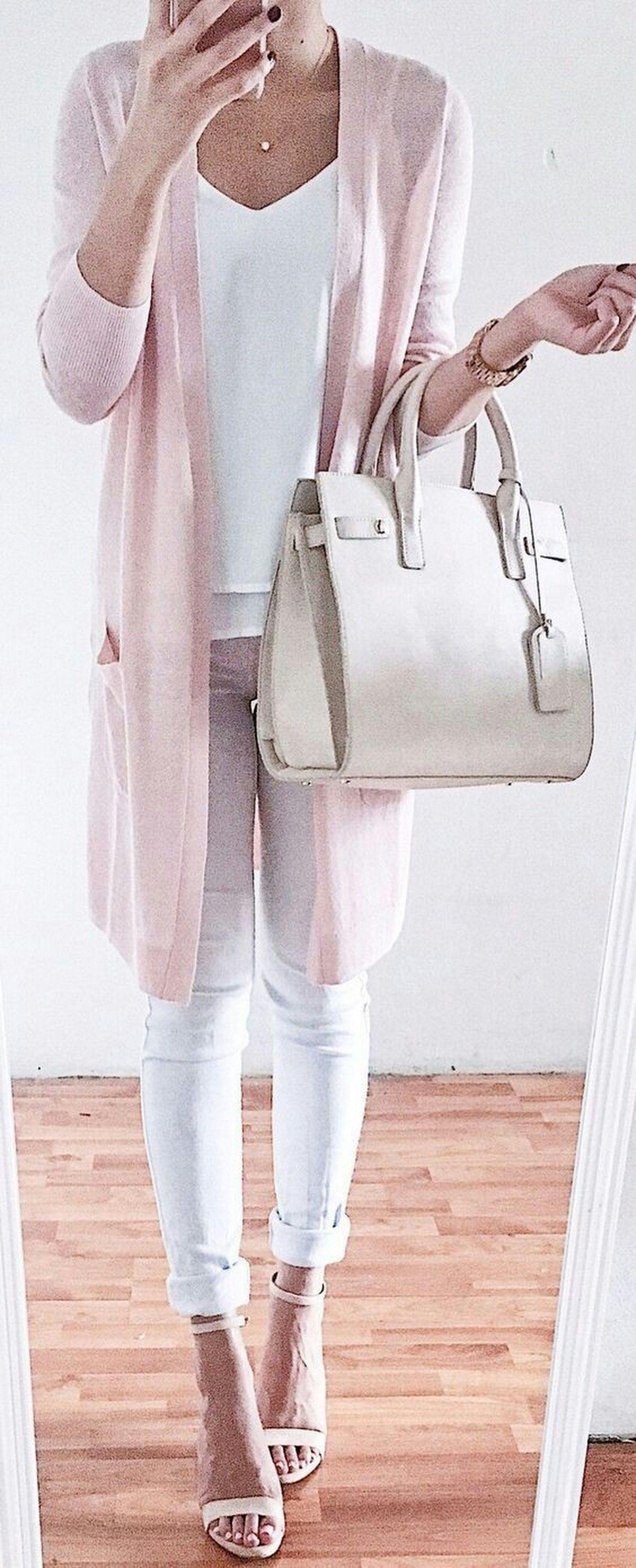 Calça branca e cardigan rosa
