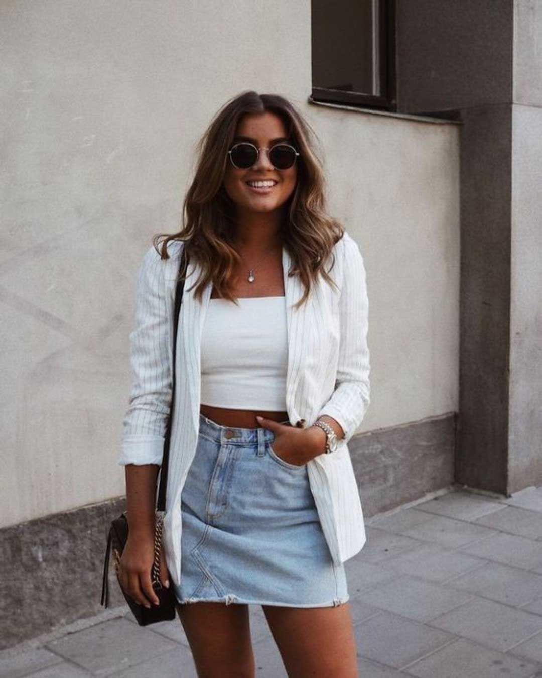 Look com saia jeans e cropped branco