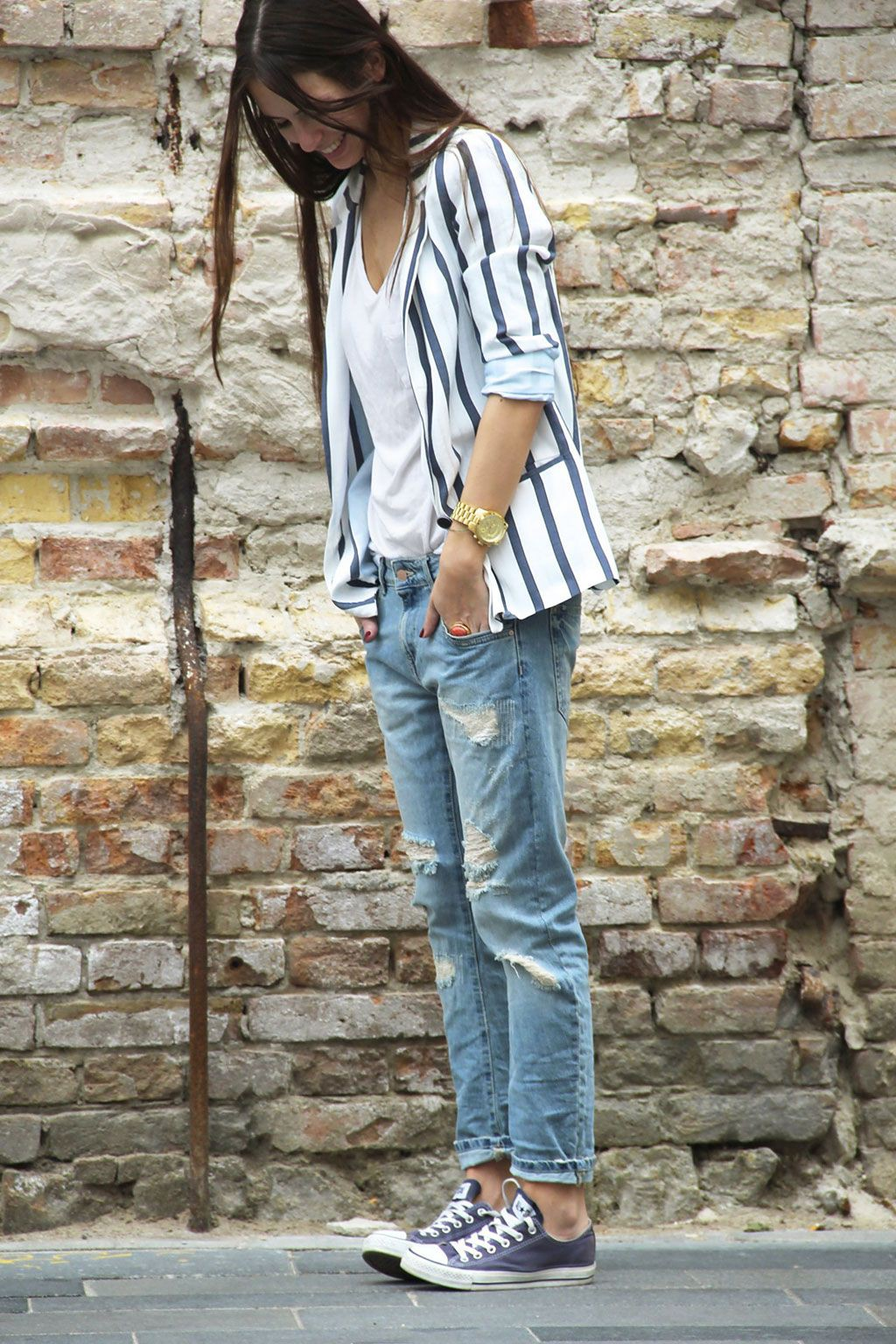 Boyfriend jeans converse outfit, street fashion, t shirt