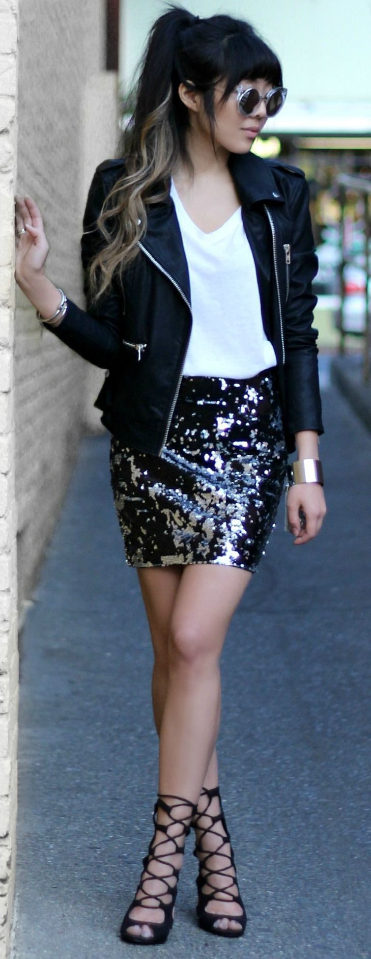 Outfit falda brillosa negra, leather jacket, street fashion, casual wear, t shirt