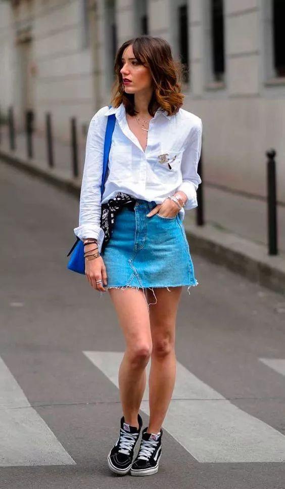 Camisa branca e saia jeans